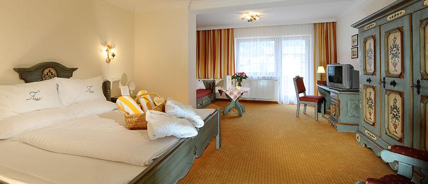 austria_mayrhofen_hotel-zillertalerhof_bedroom3.jpg